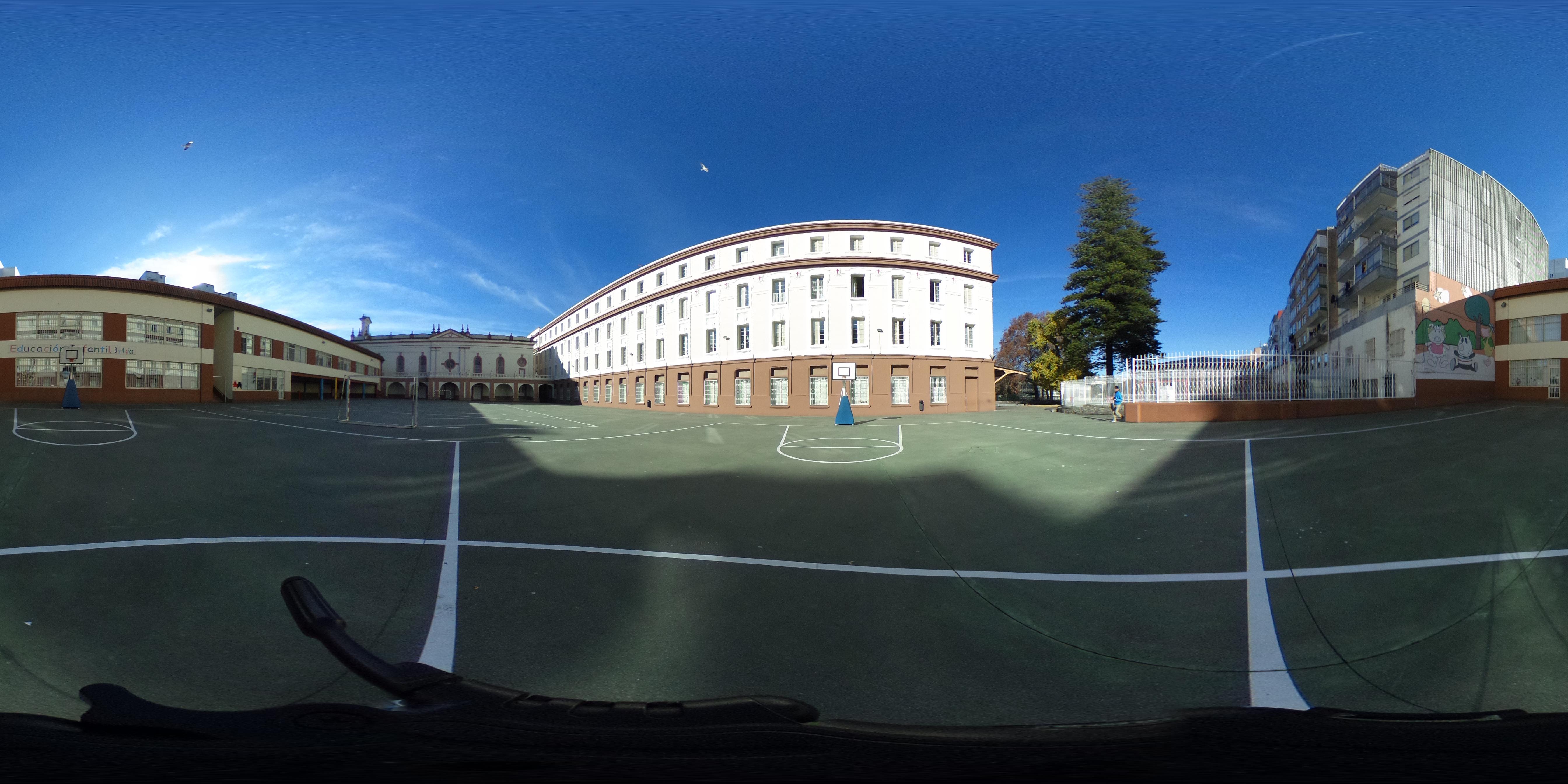 Campo de fútbol, edificio de infantil, igrexa e edificio nobre