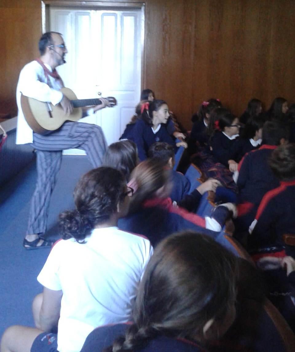 David Viso animou con música a su charla sobre Nicaragua