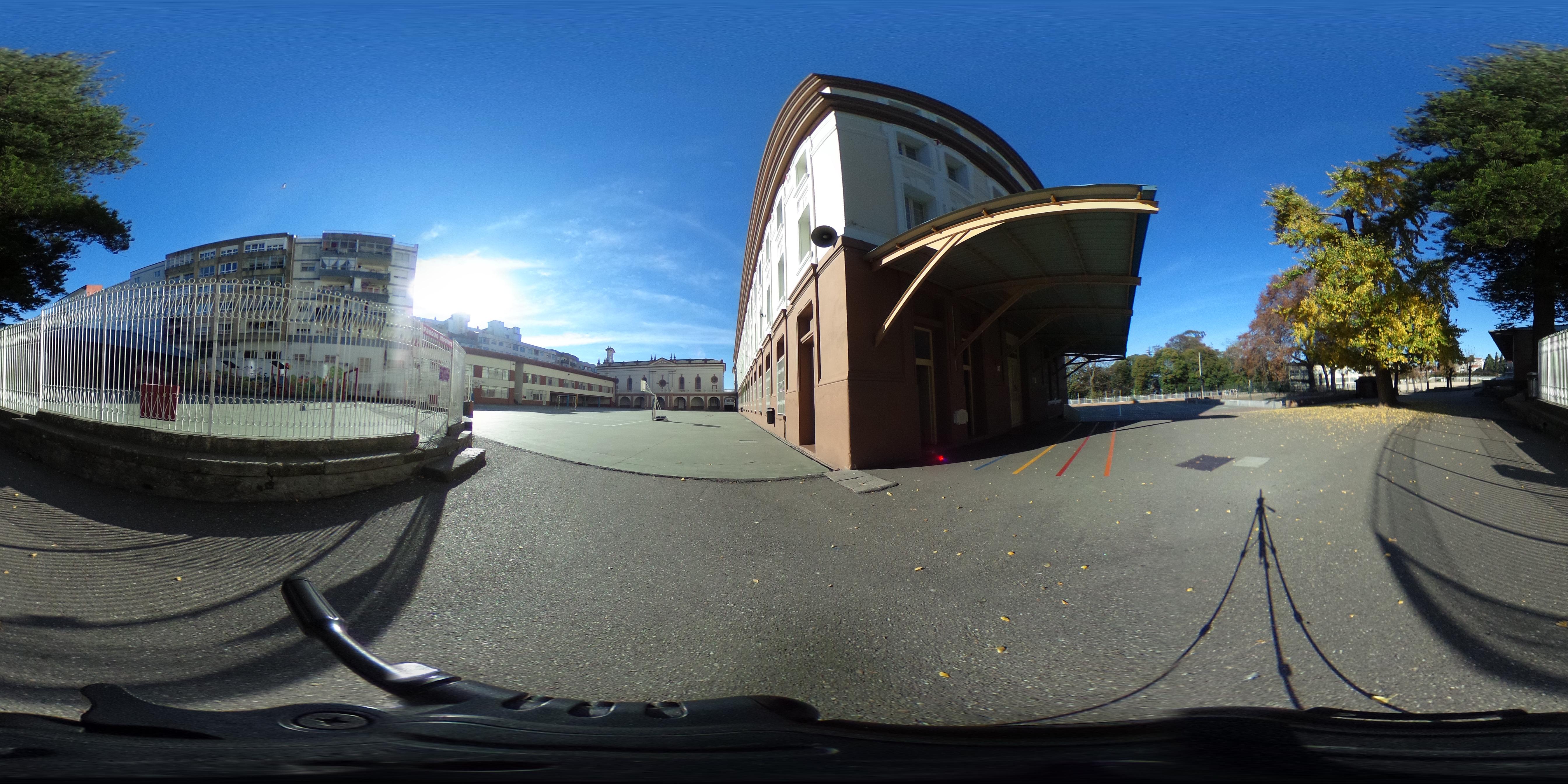 Zona infantil e edificio nobre
