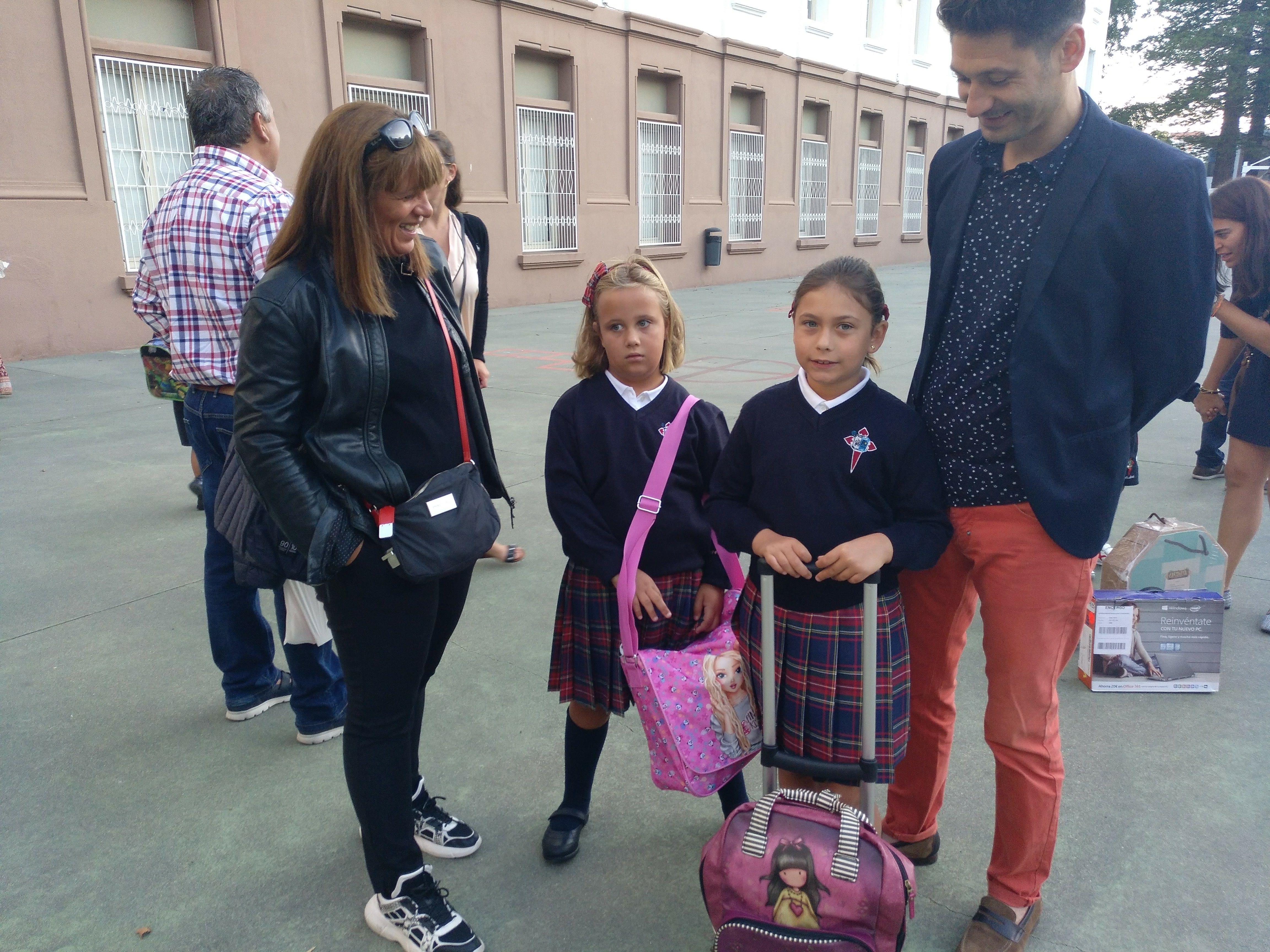 Familia no primeiro día de clase