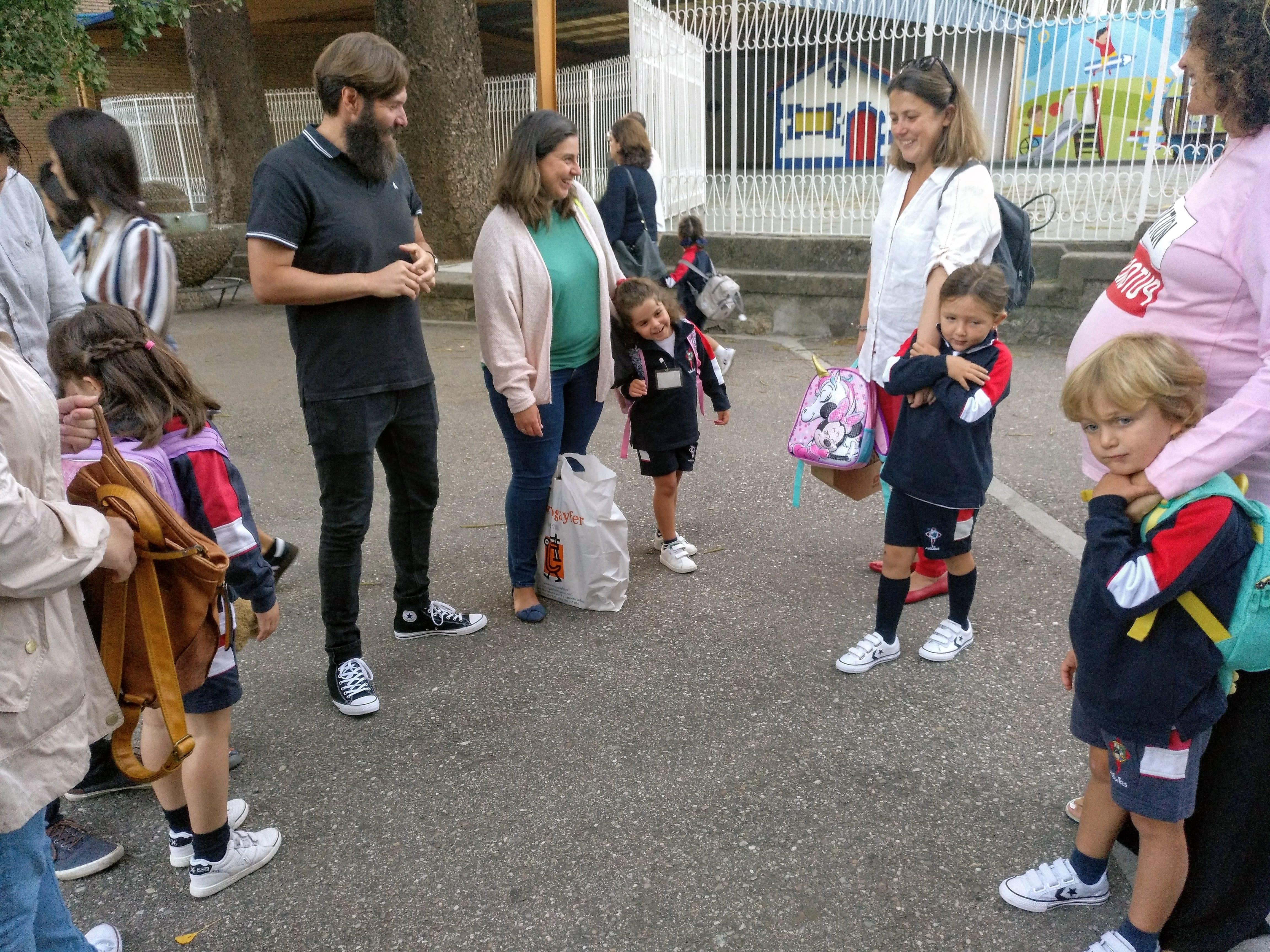 Familia esperando a apertura das clases