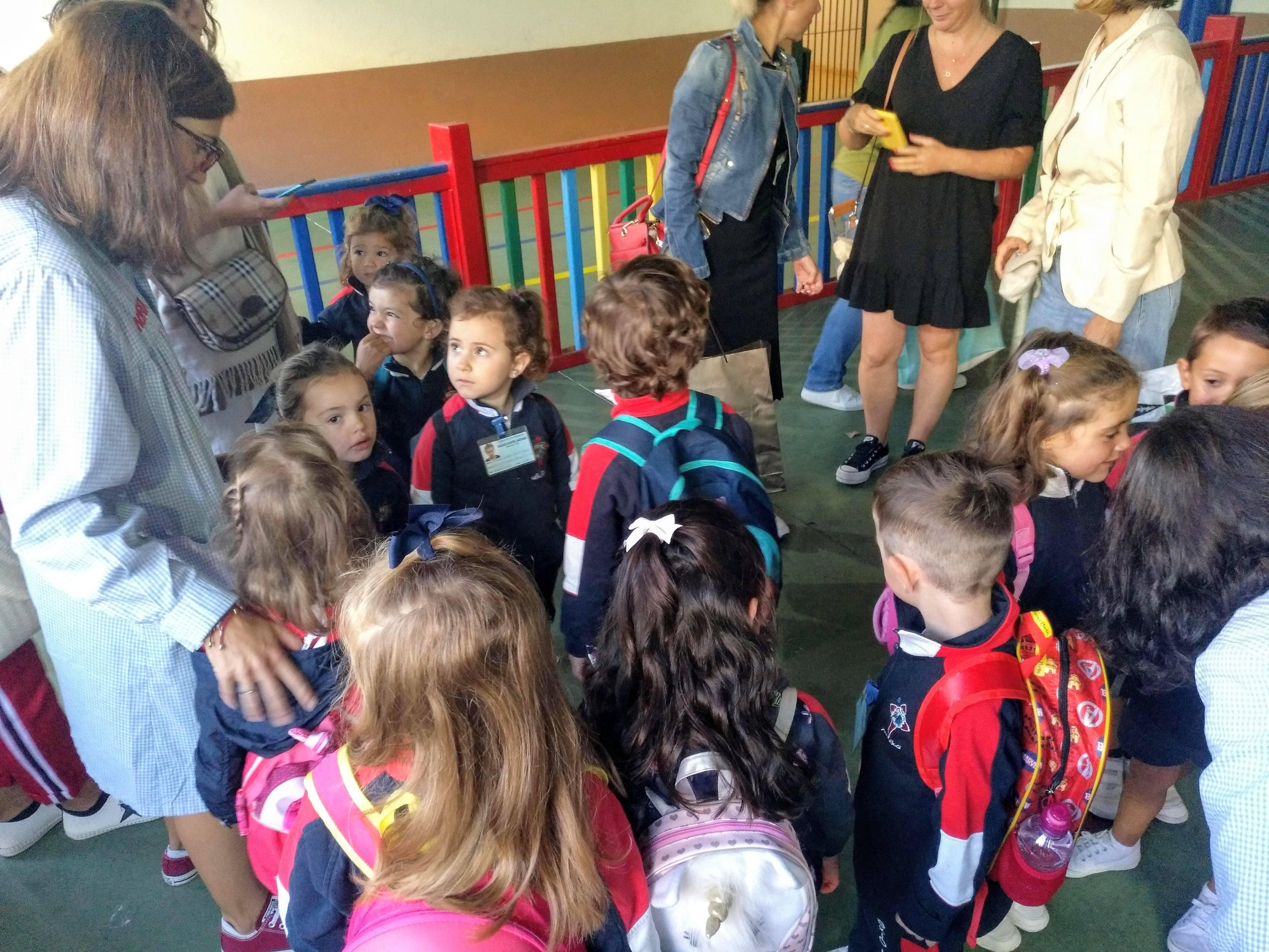 Profe de Infantil ordenando as filas